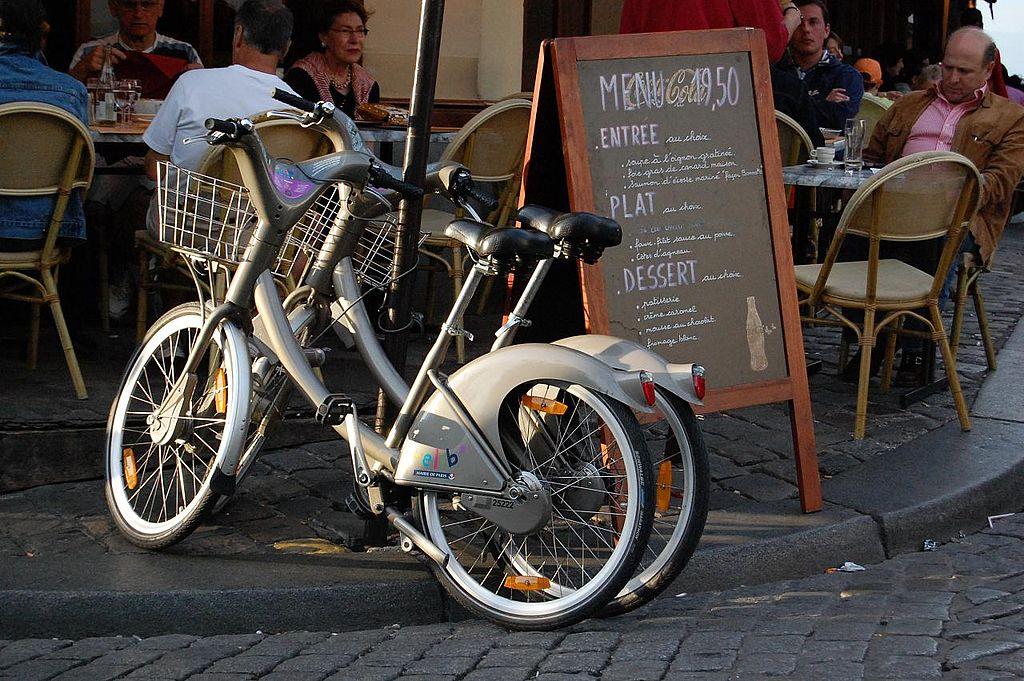 Deux vélib' dans les rues de Paris