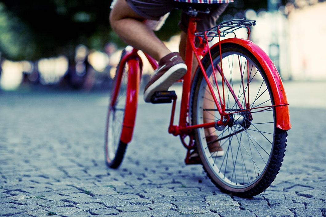 Un homme fait du vélo en ville via Shutterstock