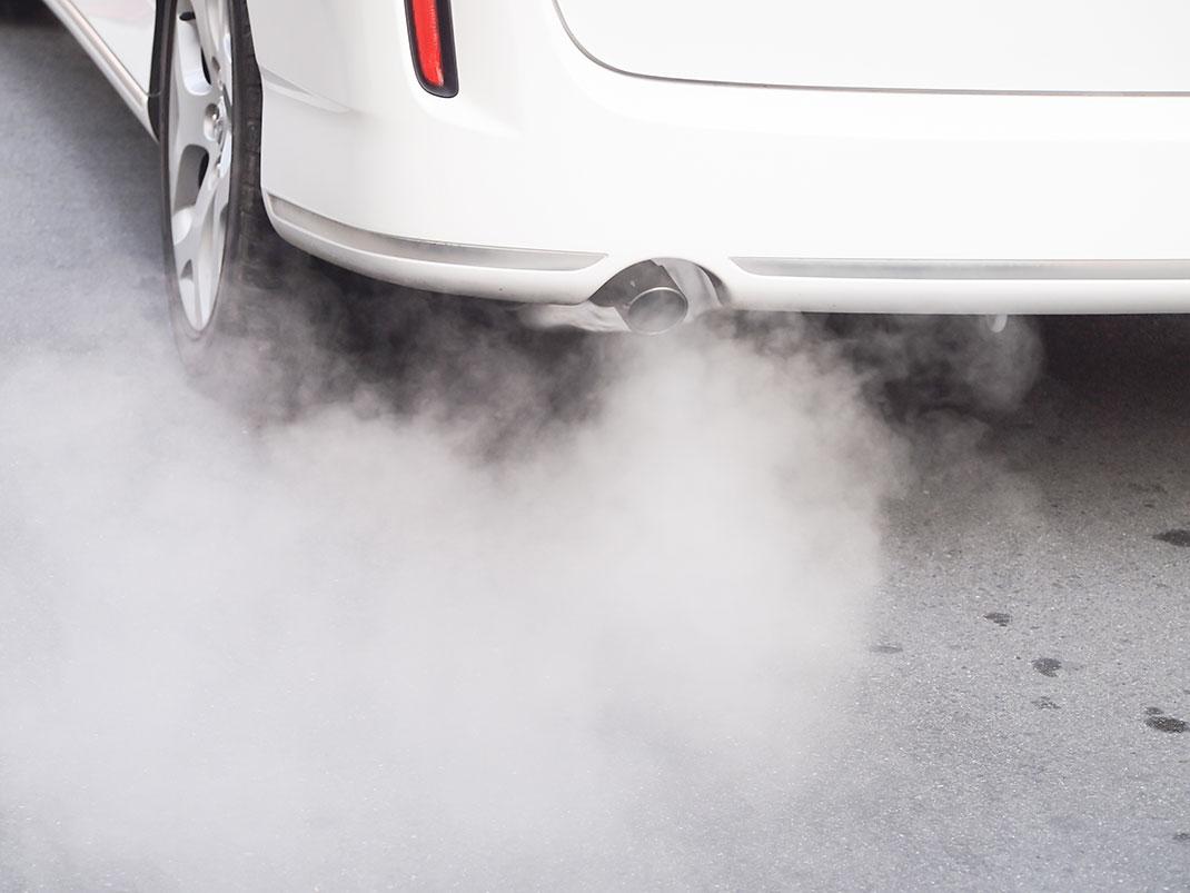 Une voiture polluante via Shutterstock