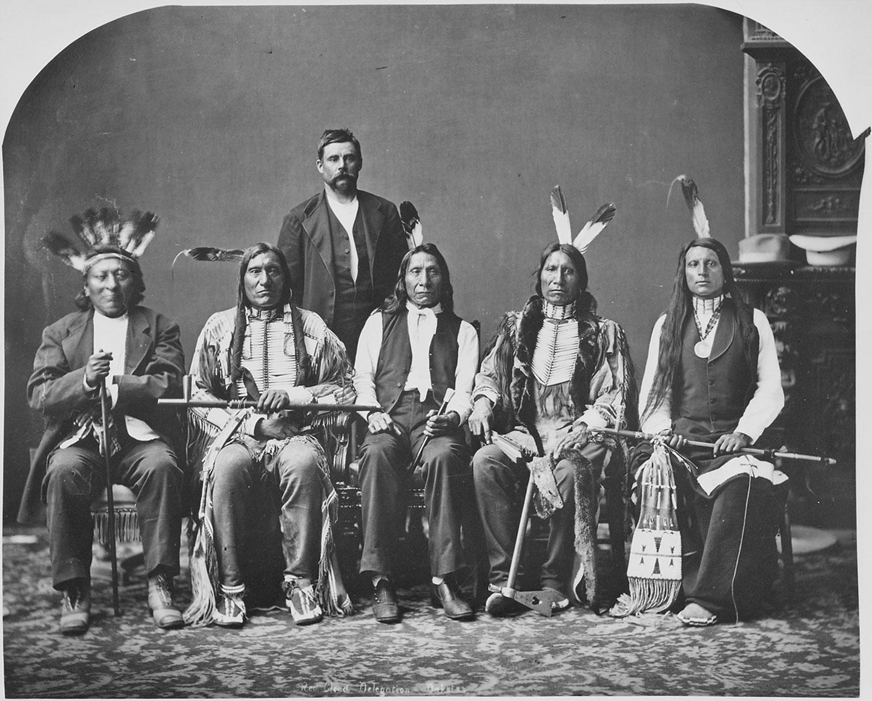 Des chefs indiens, dont Red Cloud et American Horse