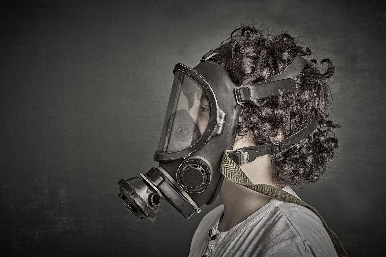 Un enfant porte un masque à gaz