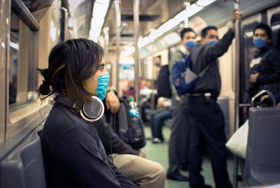 Personnes portant un masque contre la grippe
