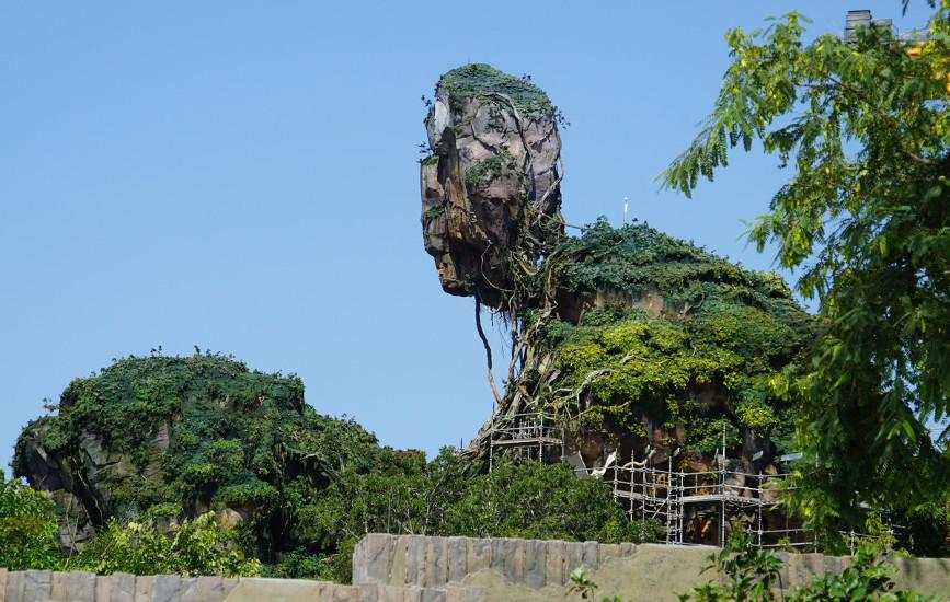 Floating_mountains_construction,_Pandora_–_The_World_of_Avatar