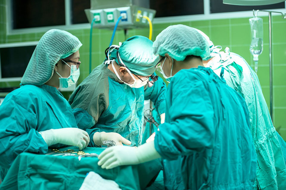 Des chirurgiens pratiquent une opération