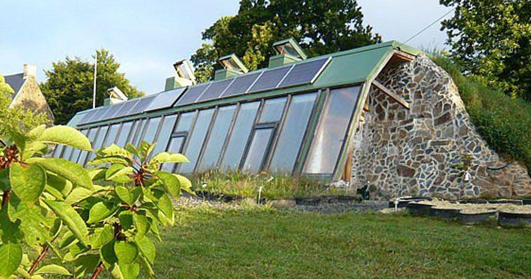 Cette famille fran aise construit une maison cologique et - Maison ecologique autonome ...