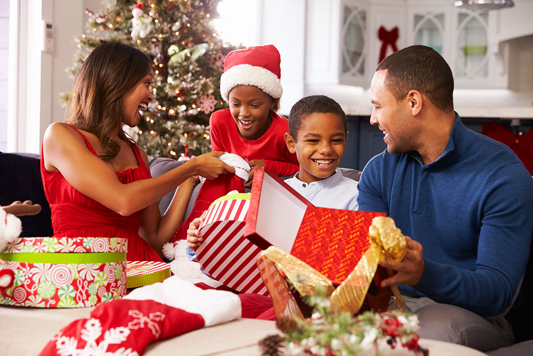 Une famille à Noël via Shutterstock