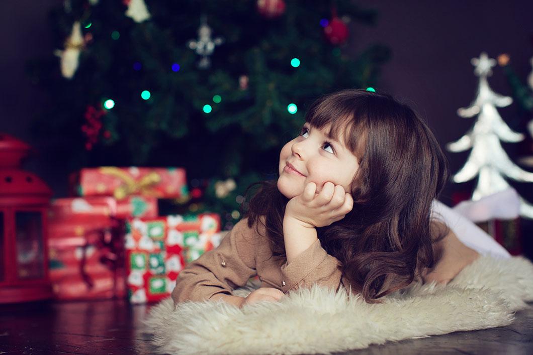 Une petite fille à Noël via Shutterstock