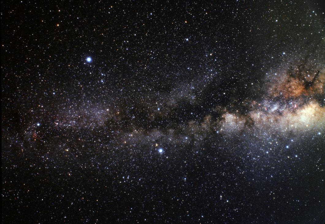 Le Triangle d'été contient les trois étoiles les plus lumineuses que l'on peut voir en été. Tout à gauche au milieu : Deneb. Altaïr : en bas. Vega en haut à gauche.