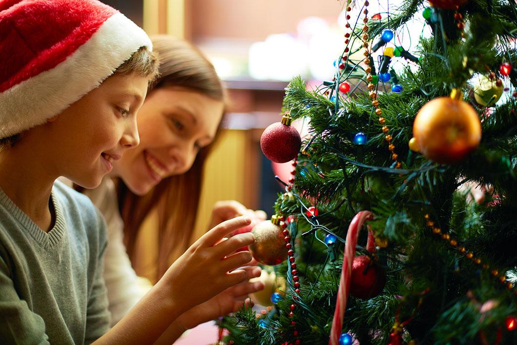 Des enfants font le sapin de Noël