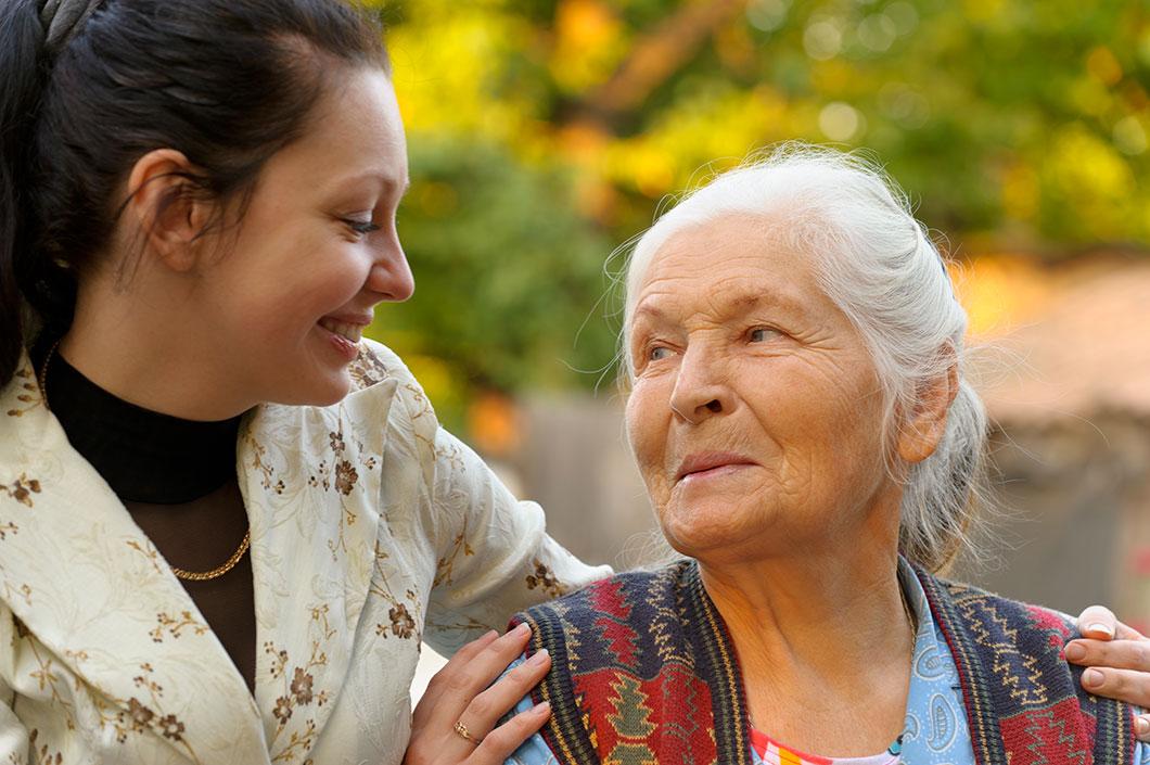 Une dame âgée en compagnie de sa petite-fille via Despositphotos