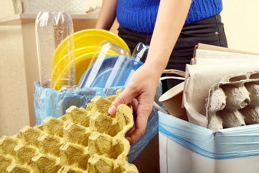 Une femme trie ses déchets via Depositphotos