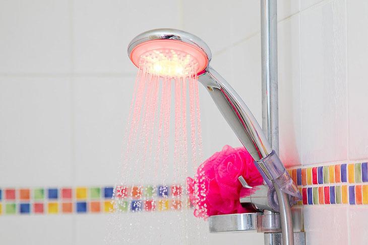 Conomisez 25 d eau par jour gr ce ce pommeau de douche connect e daily geek show - Pommeau de douche bluetooth ...
