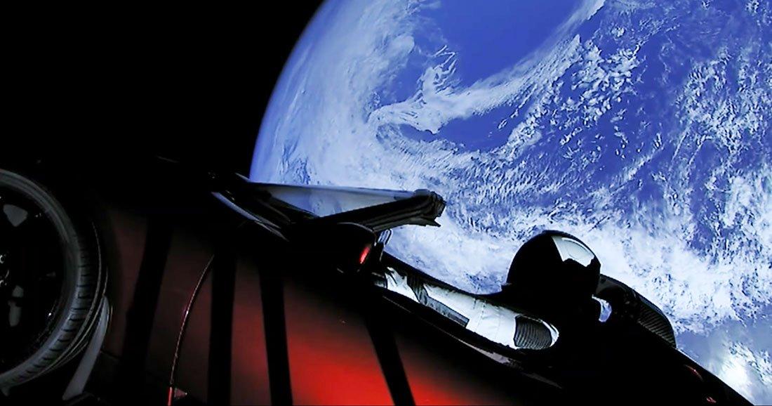 des images dignes de la science fiction regardez cette voiture tesla flotter dans l espace. Black Bedroom Furniture Sets. Home Design Ideas