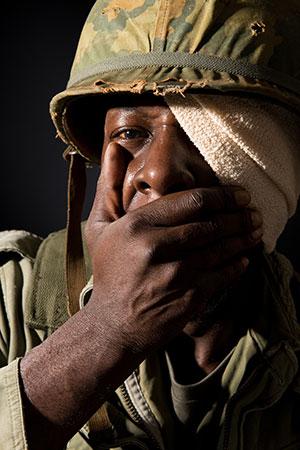 Un soldat souffrant du syndrome de stress post-traumatique via Shutterstock