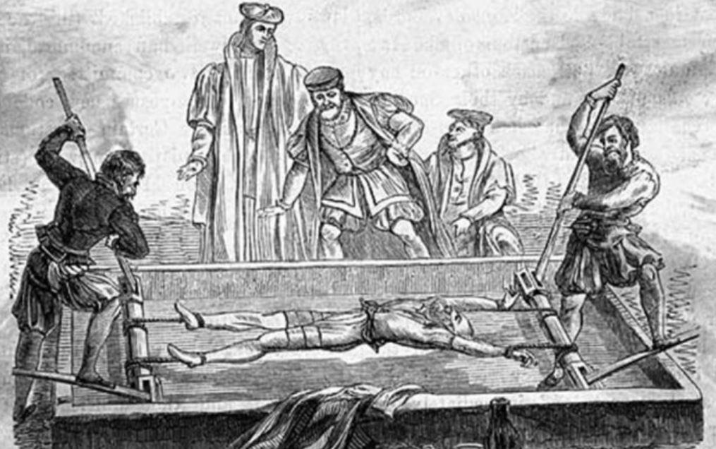 15 méthodes de torture médiévale aussi morbides que tordues ! (vidéo) Par Mathilde Rochefort Ecartelement