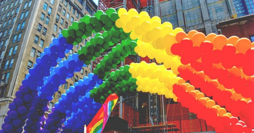 drapeau LGBTQ en ballons