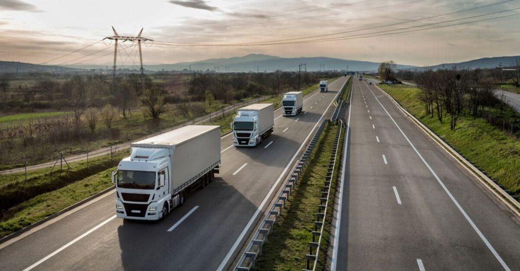 Cette technologie pourrait permettre à un camionneur de contrôler à lui seul deux véhicules ! (Vidéos) Par Yasmine Amimoussa  Camion-une-def-1024x535