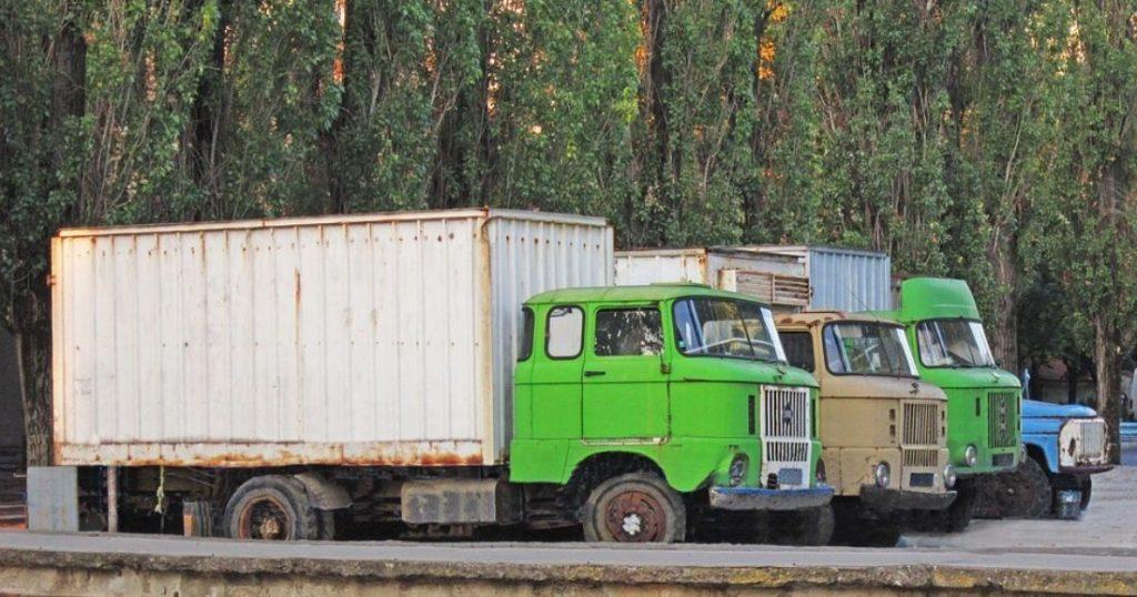 Cette technologie pourrait permettre à un camionneur de contrôler à lui seul deux véhicules ! (Vidéos) Par Yasmine Amimoussa  Vieux-camion-article-1024x538