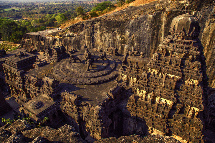 Sculpté à même la montagne dans un seul bloc, ce temple indien est un lieu unique au monde ! (vidéo sur Bidfoly.com) Par Alice Mercier Temple-kailasa-2