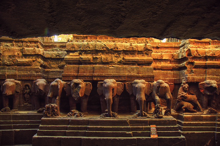Sculpté à même la montagne dans un seul bloc, ce temple indien est un lieu unique au monde ! (vidéo sur Bidfoly.com) Par Alice Mercier Temple-kailasa-3
