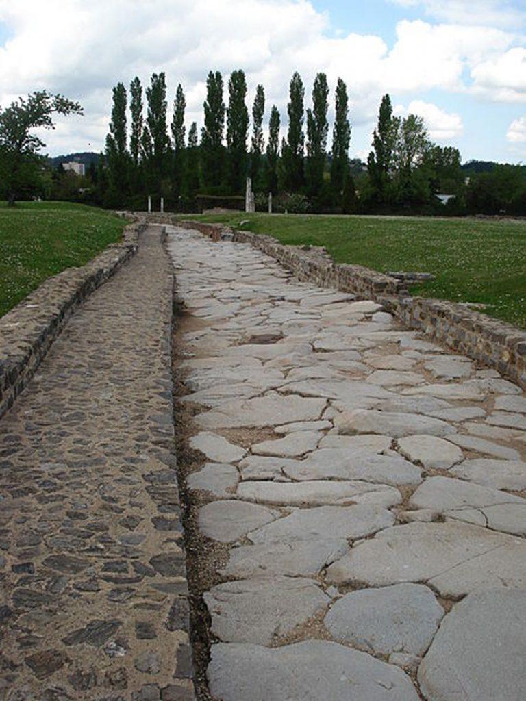 Quel était le secret des Romains pour construire des routes encore praticables 2000 ans plus tard ? (vidéo sur Bidfoly.com) Par Andy Rakotondrabe  Route-romaine-2-768x1024