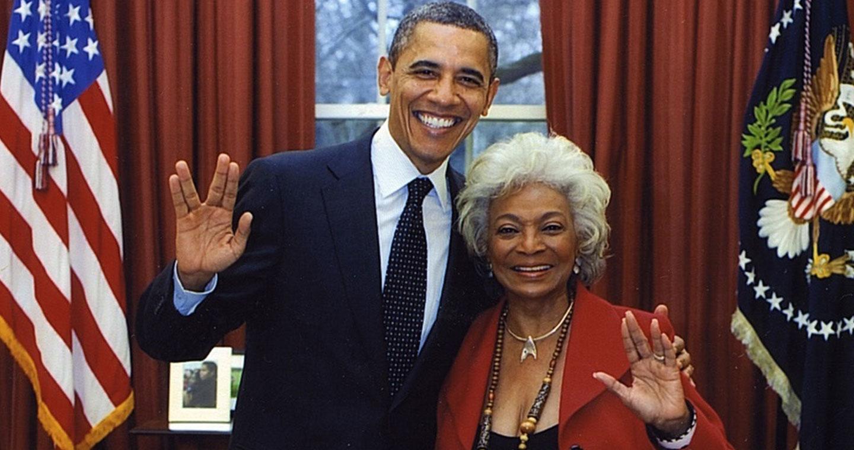 Barack Obama et Nichelle Nichols lors d'une visite de la Maison Blanche en 2012