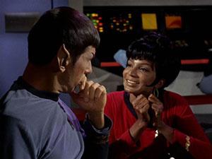 Spock (Léonard Nimoy) et Nyota Uhura (Nichelle Nichols)
